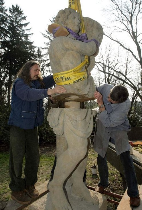 Usazení opravené sochy Herkula v Bezručových sadech