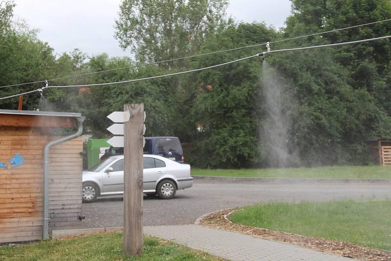 Návštěvníci kempu se mohou v horkých dnech osvěžit vodní mlhou.