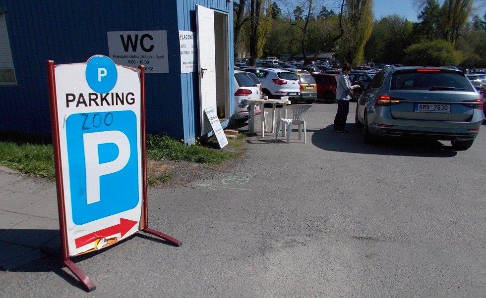 Parkoviště u fojství na Sv. Kopečku, nedělní odpoledne 9. května 2021