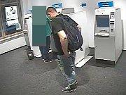 Muž se u olomouckého bankomatu pokusil ukrást cizí peněženku