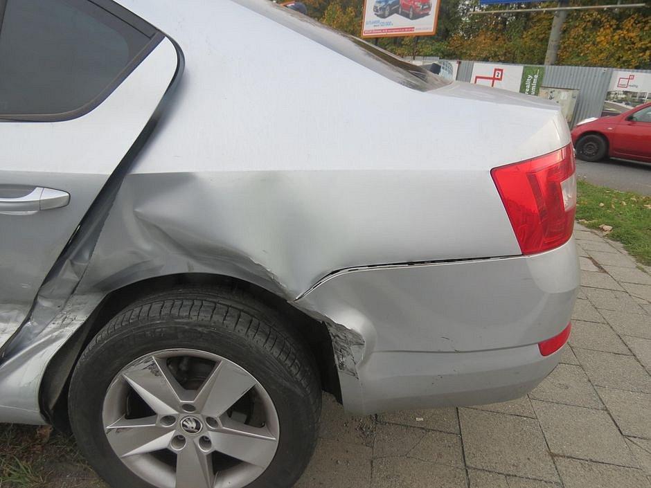 Srážka peugeotu a škodovky v Pražské ulici