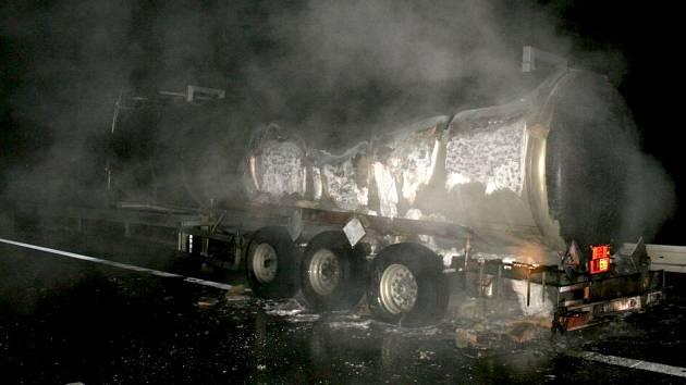 Požár cisterny na obchvatu Olomouce