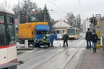 Srážka náklaďáku s tramvají ochromila na několik hodin tramvajovou dopravu.