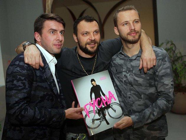 Zleva Zdeněk Grygera, Tomáš Ujfaluši a Michal Kadlec. Křest knihy fotografa Ondřeje Pýchy vOlomouci