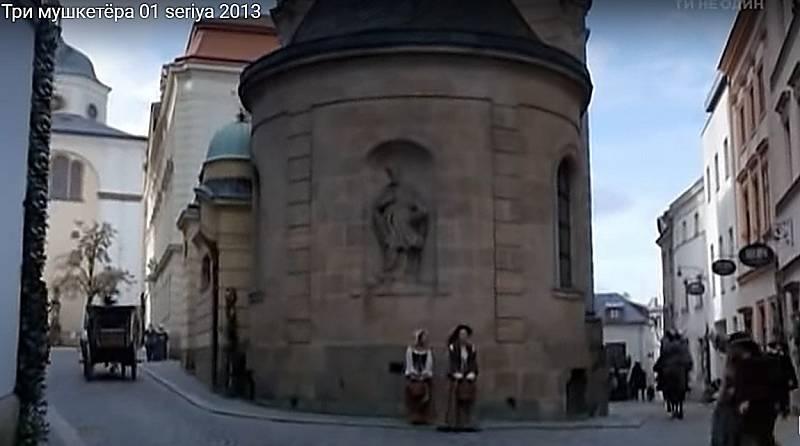 Screen z ruské minisérie - Tři mušketýři. Kaple svatého Jana Sarkandra v Olomouci, ulice Mahlerova