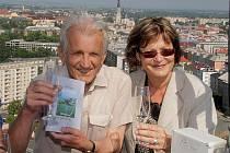 Historik Milan Tichák pokřtil na střeše RCO svou novou knihu Olomouc z nadhledu