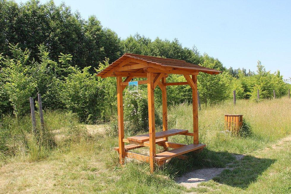 V lesoparku jsou k dispozici dvě odpočívadla s posezením, letos přibude dalších sedm laviček.