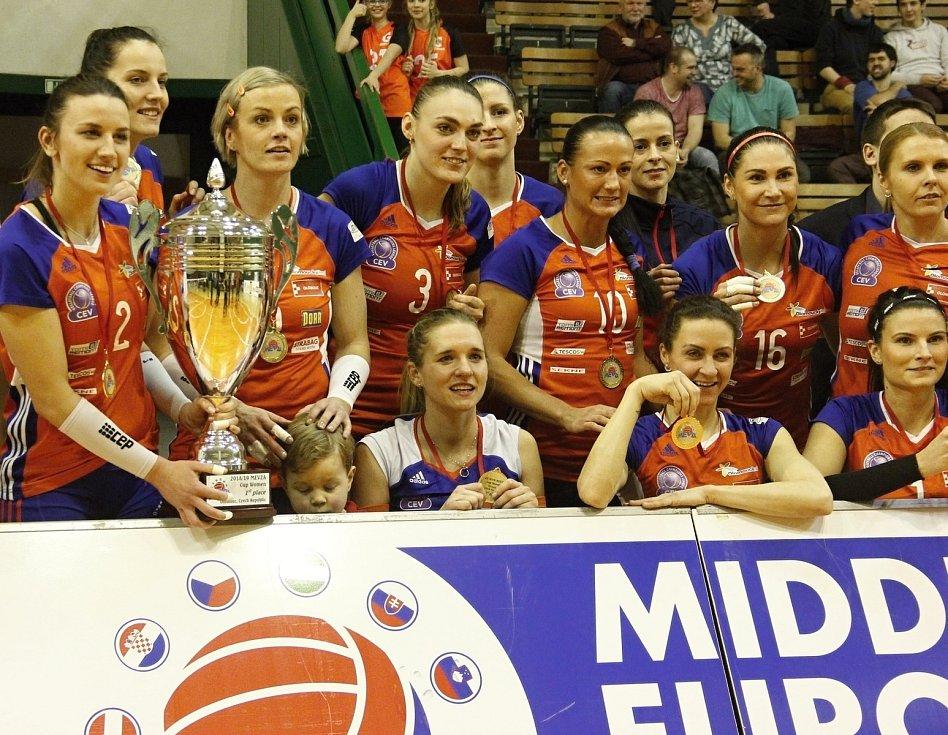 Jana Napolitano Šenková (třetí zleva) s pohárem za vítězství ve Středoevropské lize volejbalistek MEVZA