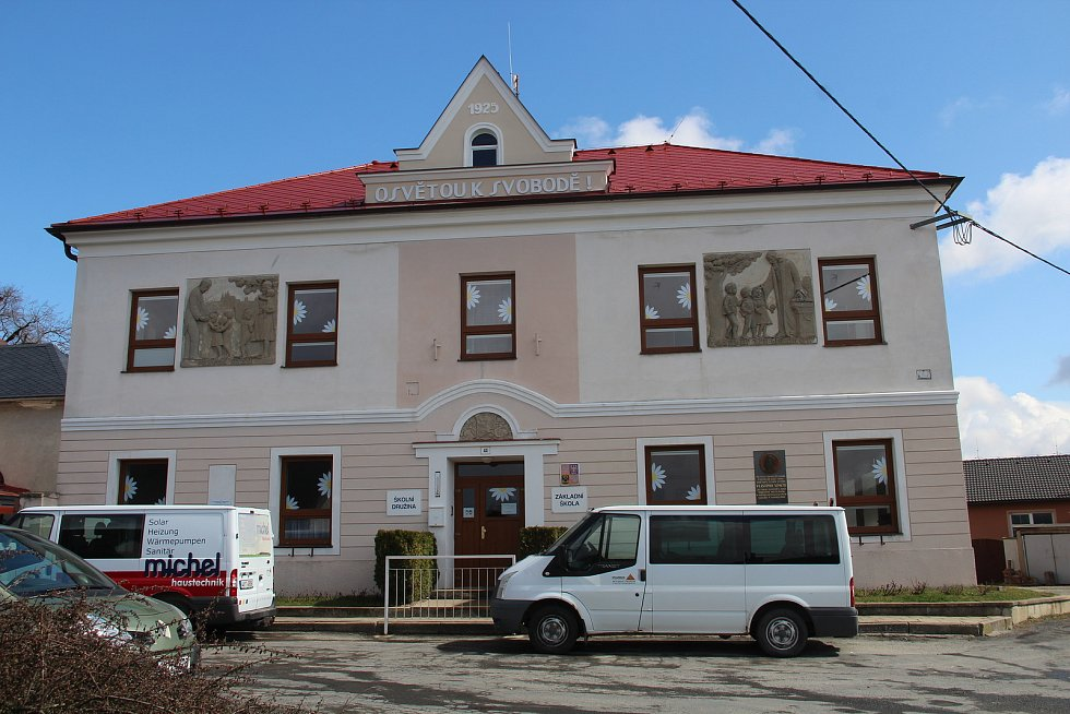 Základní škola v Drahanovicích má novou střechu a ve dvoře právě vzniká venkovní učebna.