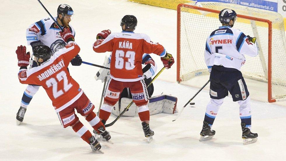 Olomoučtí hokejisté Jan Jaroměřský (vlevo zády) a Jan Káňa (vpravo zády) se radují z druhé branky