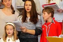 Olomoucký pěvecký sbor Music BoDo pod vedením sbormistryně Jany Synkové nacvičuje na hromadné koledování s Deníkem