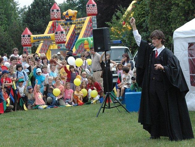 Stovky dětí sledovaly vystoupení kouzelníka Harryho Pottera.