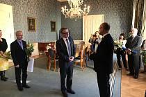 Michal Soukup (vpravo) v budově Ministerstva kultury ČR při předávání medaile za prestižní ocenění, 4. 2. 2020
