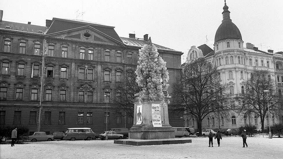 Sametová revoluce v Olomouci: pomník Stalina a Lenina na dnešním Palachově náměstí připravený na odlet do teplých krajin
