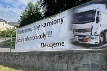 Transparent protestuje proti vedení objížďky uzavřené Jívavské ulice kolem základní školy Svatoplukova ve Šternberku. Červen 2021