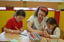 Zpříjemnit pobyt nejmenším pacientům se před velikonočními svátky snaží personál šternberské nemocnice. S dětmi malují kraslice a tvoří další ozdoby připomínající svátky jara.