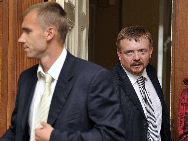 Brankář Petr Drobisz a advokát Petr Konečný u Okresního soudu v Olomouci