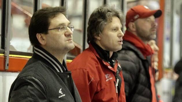 Petr Fiala (vlevo) a Jan Tomajko (uprostřed) na lavičce Mory v sezoně 2014/15