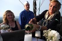 Gastozážitek v balonu firmy BALONY.EU, Věra Nechalová na snímku vpravo