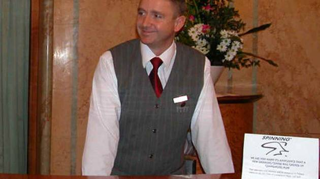 Dočkáme se sympetického recepčního v hotelu světové třídy?