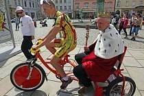 Král Olomouckého majálesu Jaromír 99 míří na rikše na Korunní pevnůstku