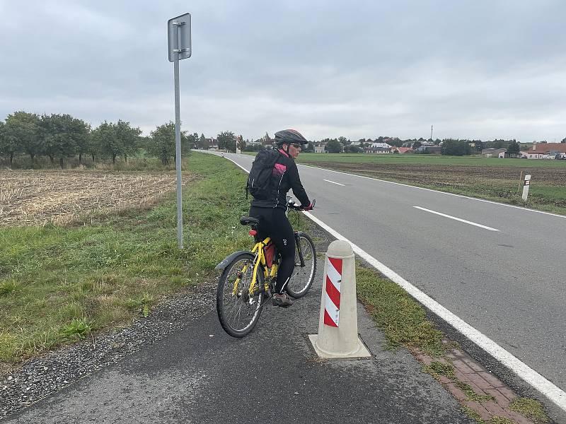 Podél frekventované silnice II/448 mezi Olomoucí a Ústínem chybí cyklostezka. Na snímku úsek vedoucí z Ústína, který končí před Topolany, 7. října 2021