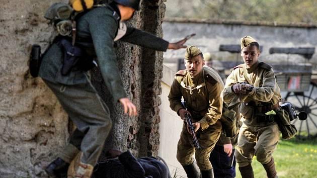 Rekonstrukce osvobozujících bojů 2. sv. války. Ilustrační foto