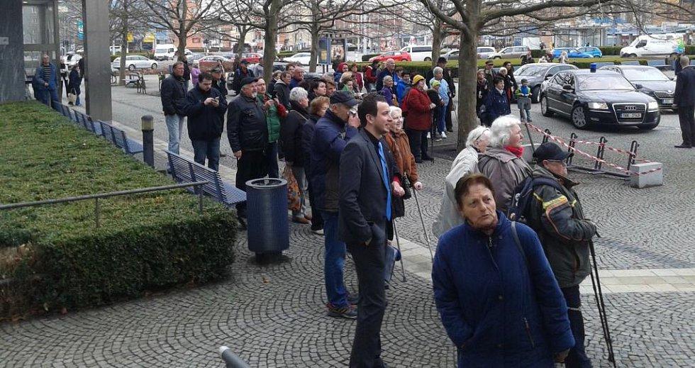 Příjezd prezidenta M. Zemana před sídlo Olomouckého kraje si i v pondělním sychravém počasí nenechaly ujít asi dvě desítky lidí.