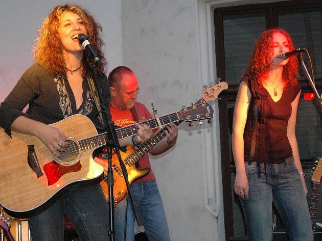Janet Robin (vlevo) a zpěvačka November 2nd Saša Langošová.