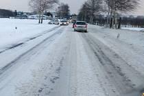 Zavátá hlavní silnice mezi Olomoucí a Přerovem u Kokor. 6. února 2015 odpoledne