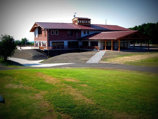 Čestné uznání vkategorii Stavby občanské vybavenosti : Zkvalitnění služeb a dobudování dopravní infrastruktury areálu golfového hřiště Dolany – Véska