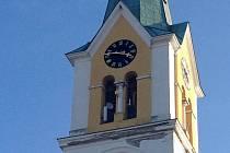 """Věž kostela sv. Kunhuty v Náměšti na Hané """"zdobí"""" základna mobilního operátora. Místní si pochvalují, že mají v obci kvalitnější připojení k internetu."""