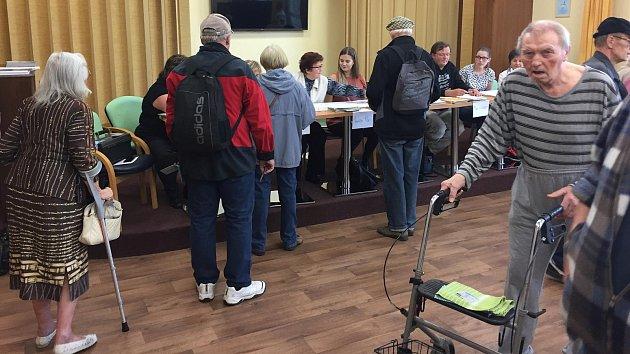 Volby v Domově seniorů v Hranicích: hned po otevření volební místnosti se tam sešly na dvě desítky lidí