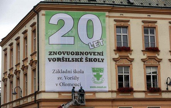 Velký transparent na školní budově uolomoucké tržnice hlásá 20let obnovení voršilské školy