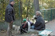 Skupinka bezdomovců je lidem z okolí už dobře známá.