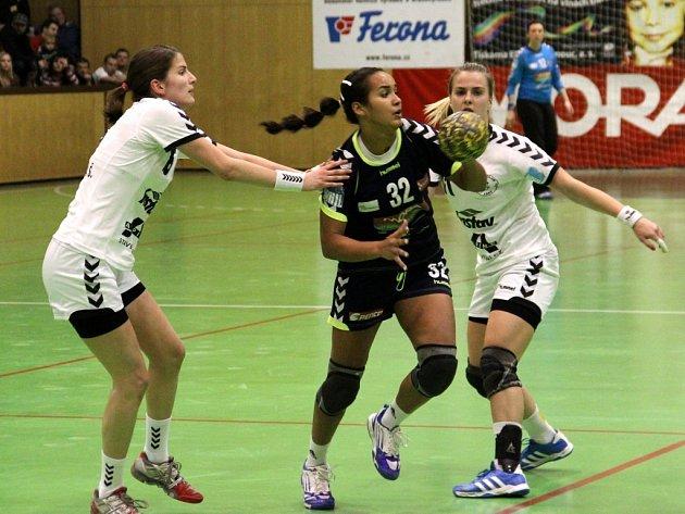 Olomoucké házenkářky (v tmavém) porazily v zápase 14. kola interligy Zlín 28:20.