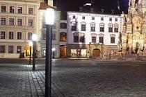 """Osvětlení Horního náměstí v Olomouci lampami Thorn přezdívanými """"sirky"""""""