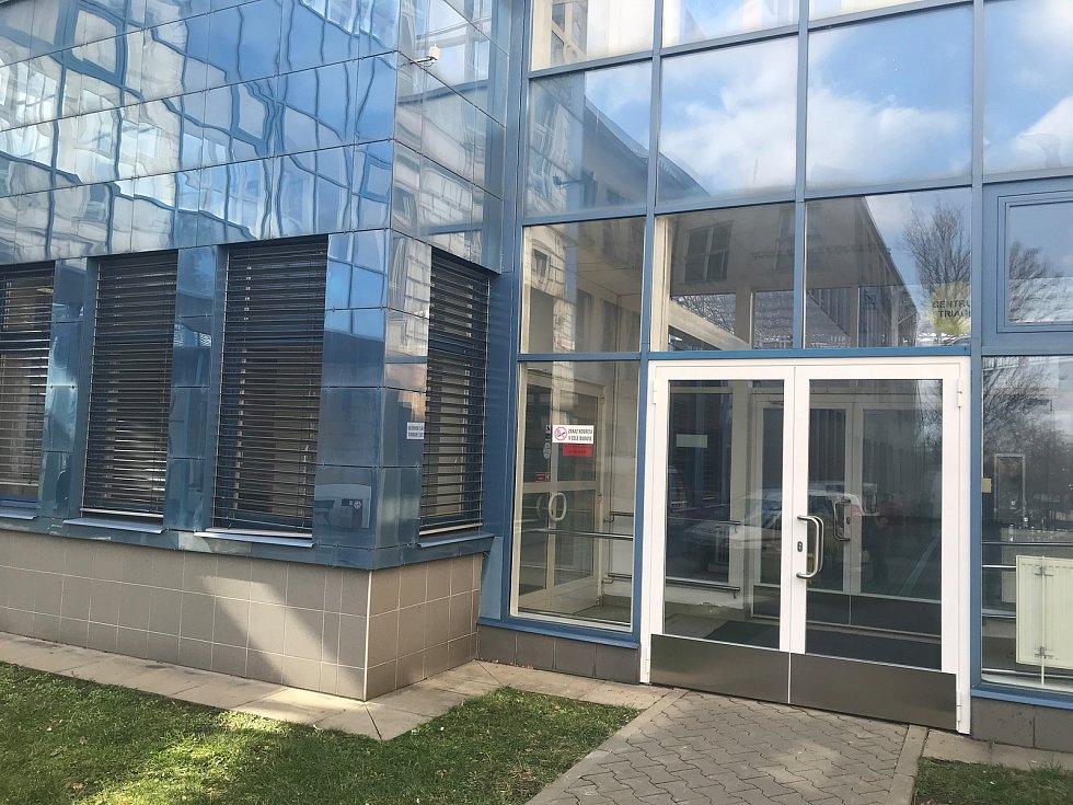 Čekárna pro pacienty s podezřením na infekci koronavirem bude od pátku 6. března zřízena ve spojovací chodbě mezi Oddělením urgentního příjmu (budova A) a Oční klinikou (budova E1).