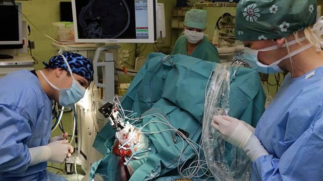 Neurochirurgové Fakultní nemocnice Olomouc (FNOL) pomáhají nemocným s Parkinsonovou chorobou šetrnější metodou hluboké mozkové stimulace