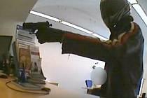 Přepadení banky ve Šternberku. Pachatele maskovaného helmou zachytily kamery