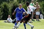 Fotbalisté Sigmy (v modrém) porazili mezinárodní výběr IFA 2:1. Tomáš Zahradníček