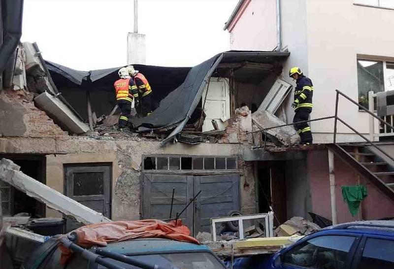 Hasiči zasahují u výbuchu v domě v Litovli, 25. září 2021