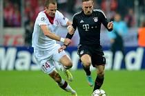 David Rozehnal v dresu Lille (vlevo) proti Francku Riberymu z Bayernu