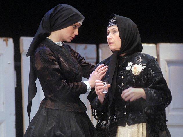 Lenka Ouhrabková (vlevo) a Naděžda Chroboková v hlavních rolích olomoucké inscenace Její pastorkyňa.
