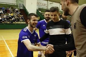 Hendikepovaný kamarád olomouckých futsalistů Jakub Řičica zahájil utkání s Jakubčovicemi. Fotbalisté Sigmy mu předali dres a dárek.