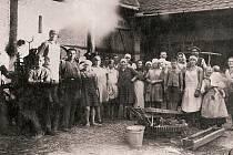 30. LÉTA. Žně byly v životě našich předků důležitou součástí života, což dokazuje snímek ze selského dvora.