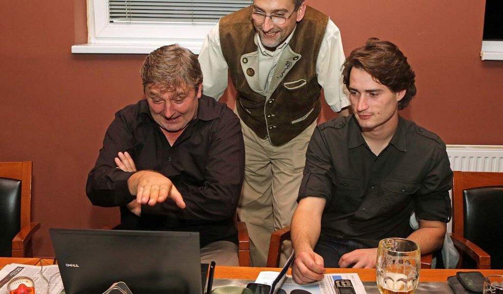Lídr ANO Milan Feranec (vlevo) sleduje ve štábu hnutí výsledky komunální volby 2014 v Olomouci