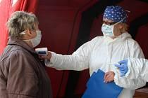 Měření teploty u vstupu do nemocnice. Ilustrační foto