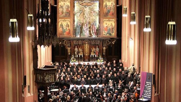 Chrámem sv. Mořice v Olomouci znělo v neděli večer zpracování církevní básně Stabat Mater od Gioacchina Rossiniho v podání orchestru a sboru řízených Tomášem Kláskem.
