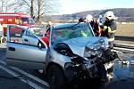 Tragická nehoda se stala v pondělí ve čtvrt na čtyři odpoledne na silnici u Slavíče poblíž Hranic. Řidič opelu vjel nečekaně do protisměru a sestřelil protijedoucí auto. Jeho šofér utrpěl zranění, neslučitelná se životem, a na místě jim podlehl.